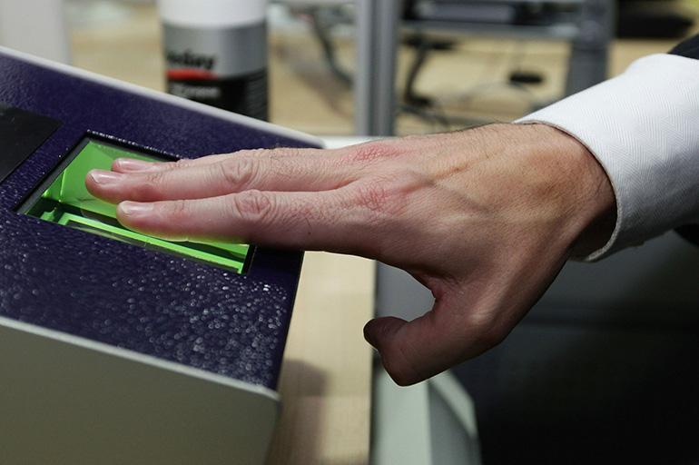 Для снятия отпечатков достаточно приложить пальцы к сканирующему устройству